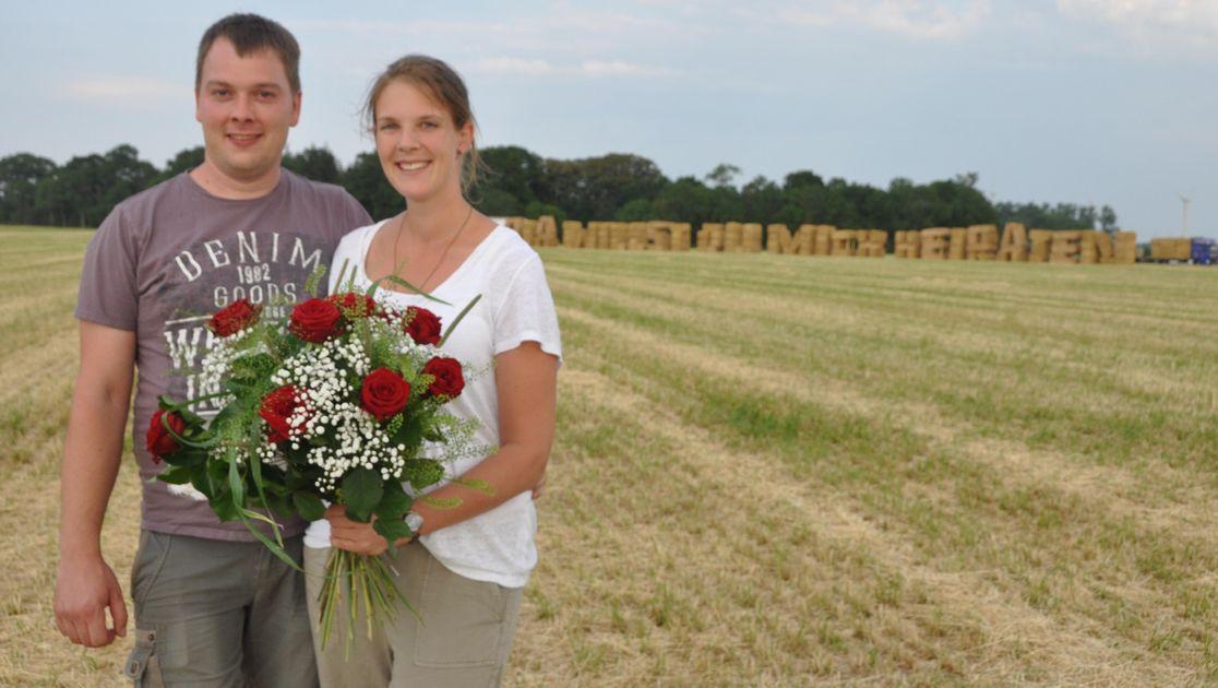 Mann macht Heiratsantrag mit Strohballen bei Otterndorf